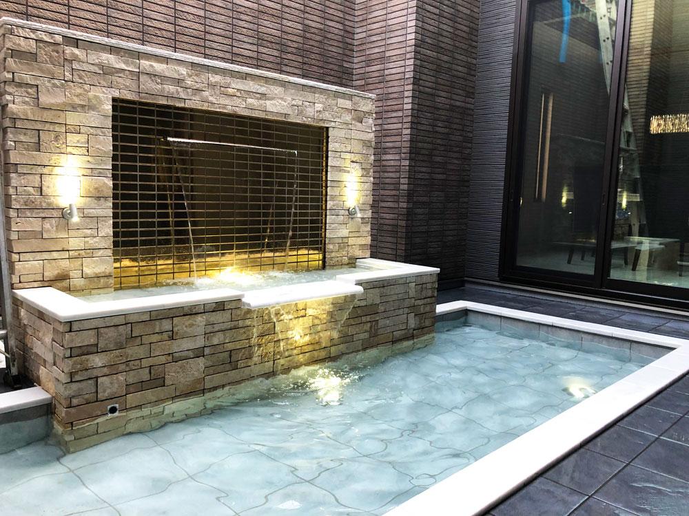 中庭の壁泉