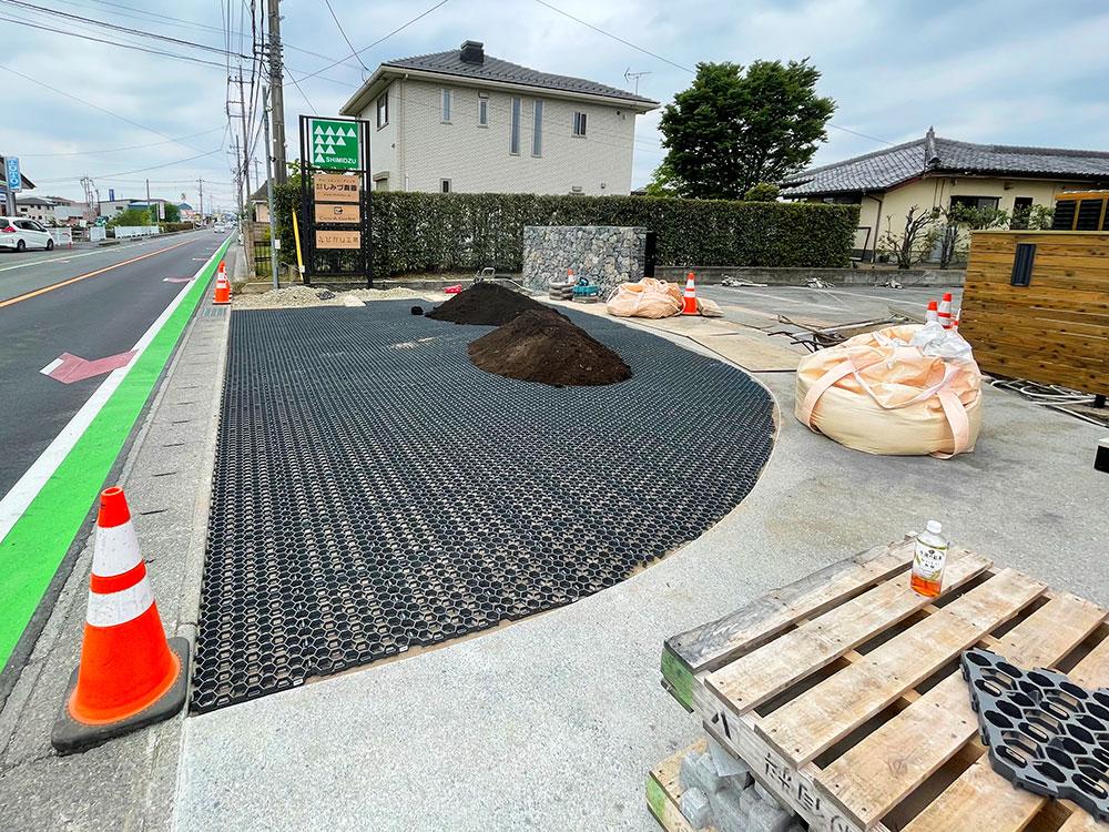 天然芝専用保護材「グラスフィックスエコ」黒土をダンプで搬入。